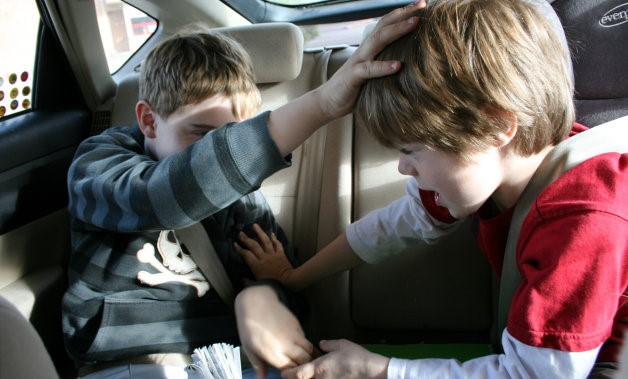 kids-fighting-in-backseat
